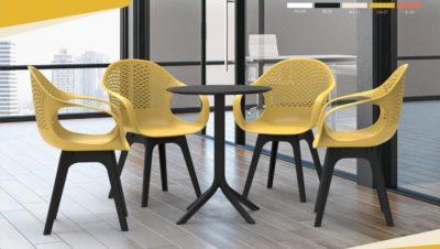 שולחן + 4 כסאות.